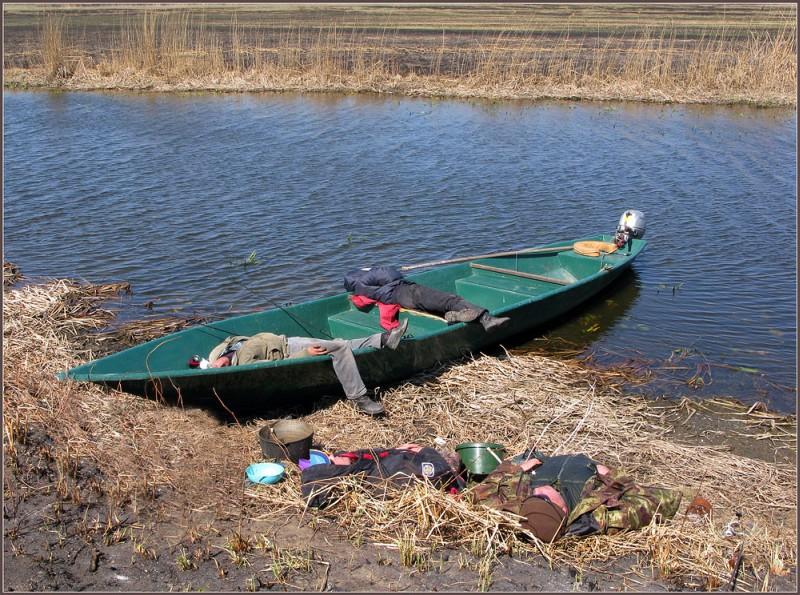 рыбак спит в лодке